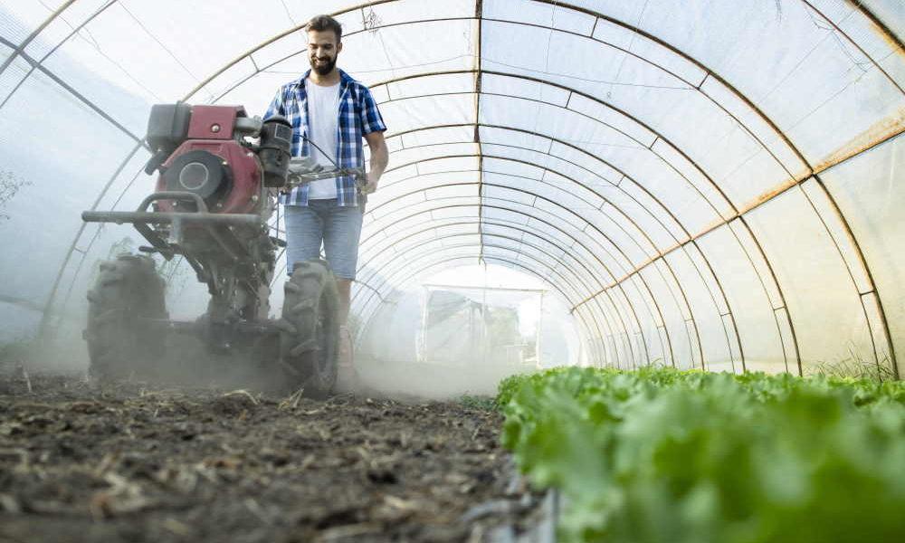 Giovane contadino al lavoro